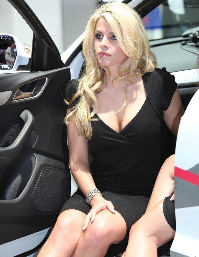 Девушки на автогонках (33 фото)